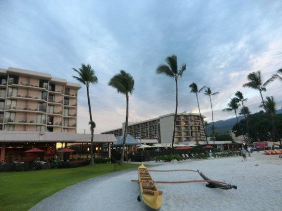 Courtyard by Marriott King Kamehameha's Kona Beach Hotel: outside of hotel
