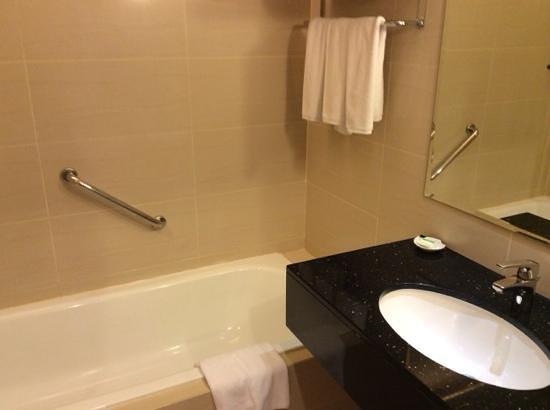 Holiday Inn Melaka: bath tub