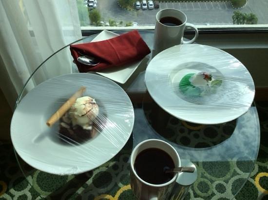 Holiday Inn Melaka: room service:brownies and sago