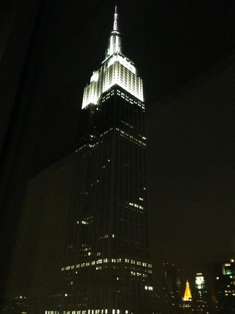 Hilton Garden Inn New York/West 35th Street: View of the Empire State Building from our room on the 25th floor!