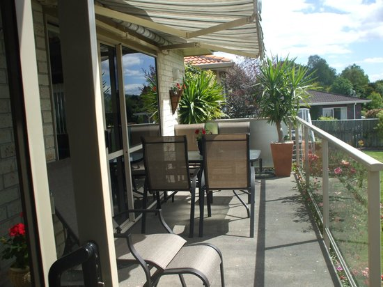Riverview B & B Taupo: Deck overlooking River
