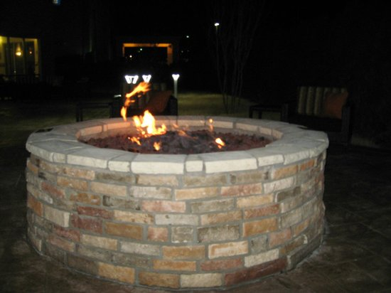 Courtyard Little Rock North : Fire pit at night - warm