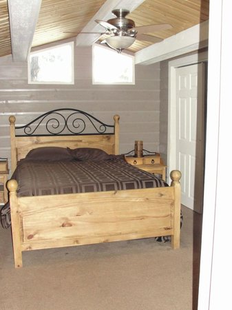 Mountaindale Cabins & RV Resort : Cozy Cabin master bedroom