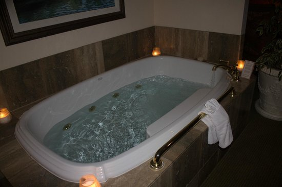 Tickle Pink Inn: Hot tub in room...WORTH IT