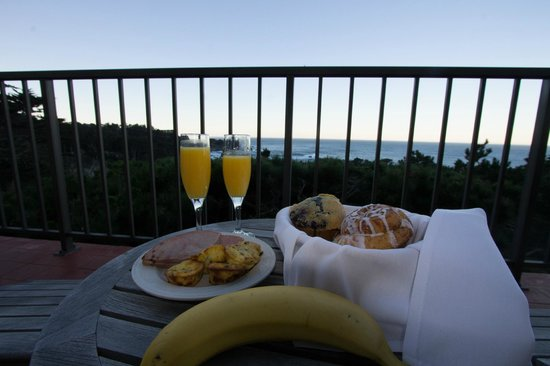 Tickle Pink Inn: Breakfast was so nice. Loved the view from our room