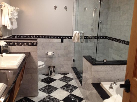 The Landing Resort & Spa: Heated marble floors, heated toilet seat, jacuzzi tub... What more could you want!