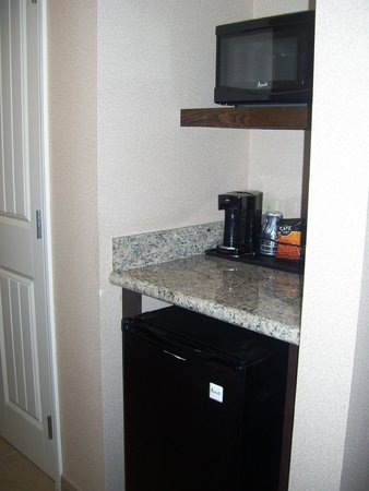 Holiday Inn Hotel & Suites Phoenix Airport : fridge and microwave