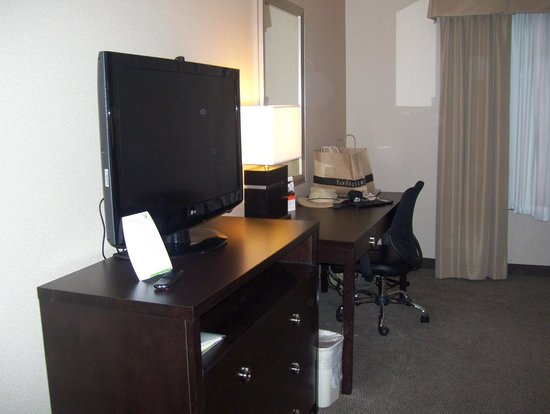 Holiday Inn Hotel & Suites Phoenix Airport : tv and desk