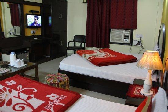 Hotel Su Shree Continental: Triple Bed Room