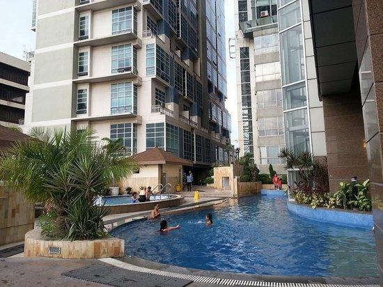 Crown Regency Hotel & Towers: pool aera