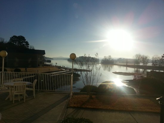 Baymont Inn & Suites Hot Springs: Lake view from the breakfast dining area