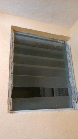 Hotel Hacienda de Castilla: Broken window in bathroom
