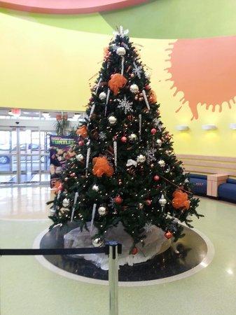 Nickelodeon Suites Resort: Christmas Tree in Lobby