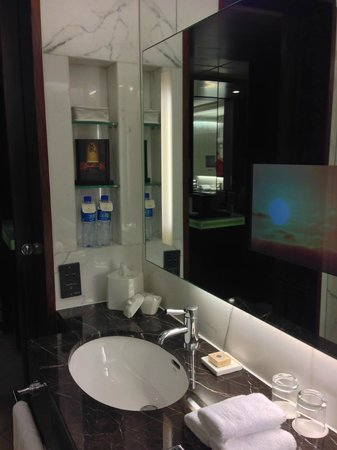 Shangri-La Hotel, Beijing: in-mirror TV