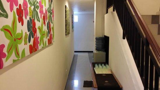 Uno Bali Inn : Corridor and Self-Help Drinking Water Dispenser