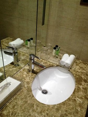 Raintree Hotel, Deira City Centre: there isnt soap and hair cap