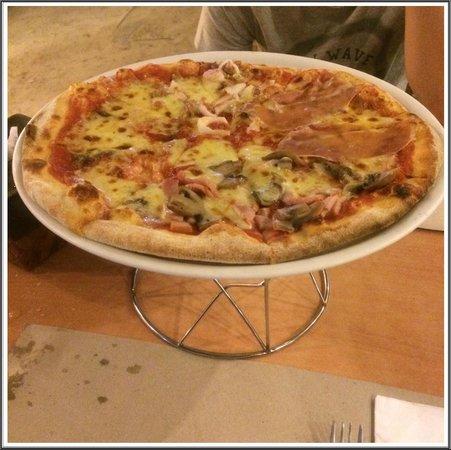 Aria Restaurant: 4 flavors in 1 pizza's presentation