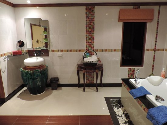 Baan Malinee Bed and Breakfast: Espace bains + jacuzzi