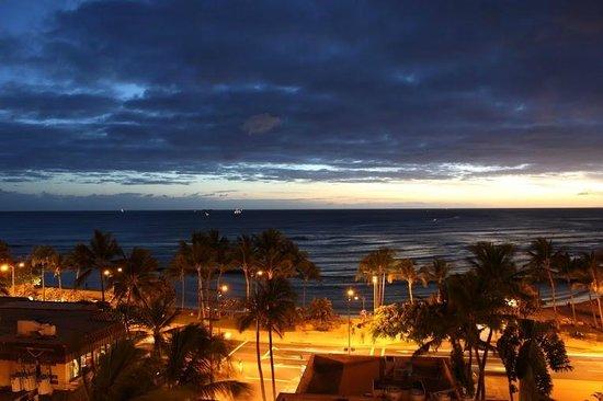 The Residences at Waikiki Beach Tower : ラナイからワイキキビーチを望む。