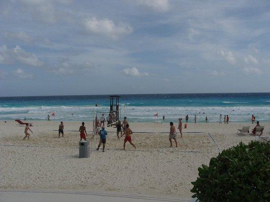 Sandos Cancun Luxury Resort : beach volleyball