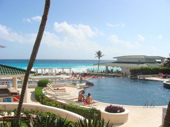 Sandos Cancun Luxury Resort : 1 of 3 pools