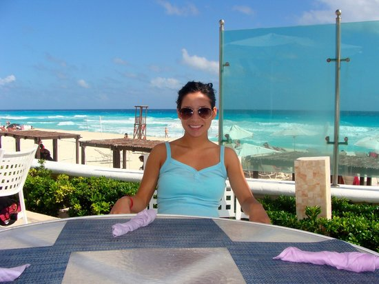 Sandos Cancun Luxury Resort: lunch out by the pool