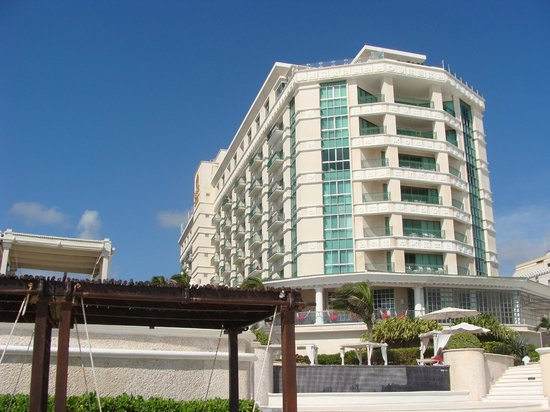 Sandos Cancun Luxury Resort: View of the hotel from the beach