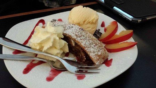 Kraut's Restaurant & Bar: apple strudel