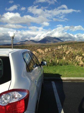 Chateau Tongariro Hotel : Parking lot view!