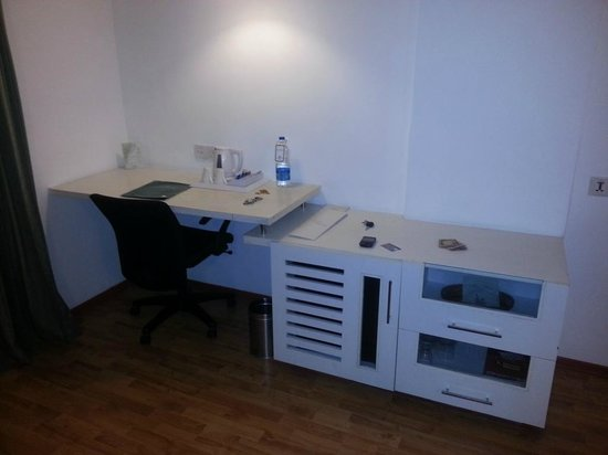 The Central Court Hotel: Working Desk
