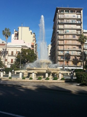 Taranto, Ý: Piazza Ebalia vista dal Lungomare