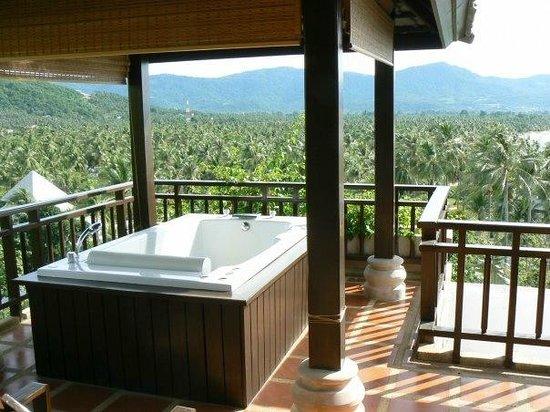 Fair House Villas & Spa: Private jacuzzi on the balcony.