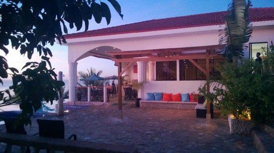 Eden Resort : Schöne Abendstimmung, Blick auf das Restaurant oberhalb des Pools.