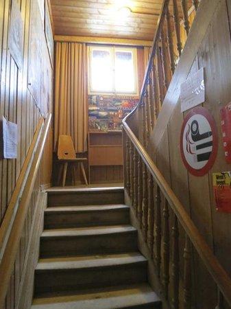 Das Treppenhaus mit den knarrenden Stufen im Hotel Mittaghorn in Gimmelwald