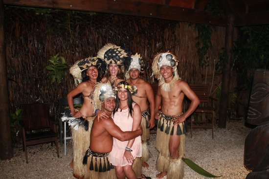 Te Vara Nui Village : Photo with some dancers