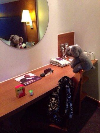 Premier Inn London Kings Cross Hotel: デスクの鏡