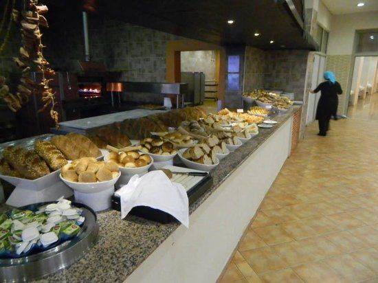 Holiday Village Turkey Hotel: So much choice of fresh breads !!
