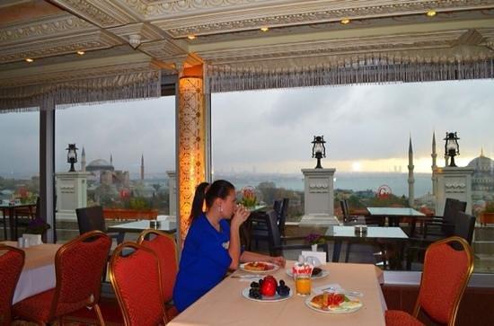 Deluxe Golden Horn Sultanahmet Hotel: завтрак на террасе отеля с прекрасными видами на Стамбул