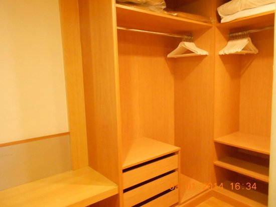 Paradise Park Fun Lifestyle Hotel: Walk-in wardrobe