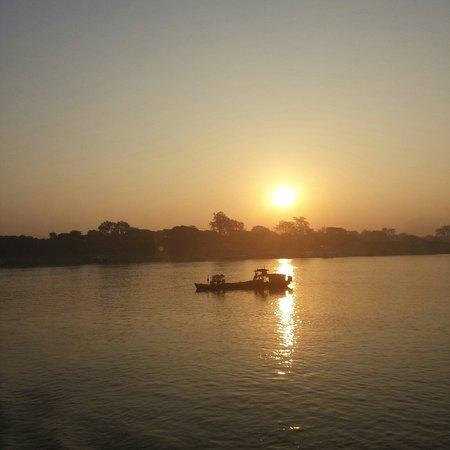Ayeyarwady River: 朝日とともに出航
