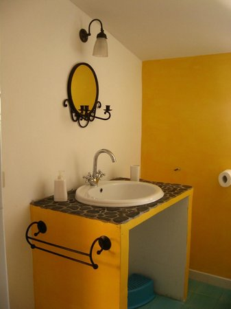Chez Raz B&B: Small bathroom