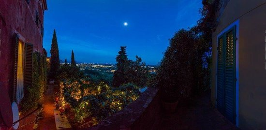 Villa Sermolli: garden by night