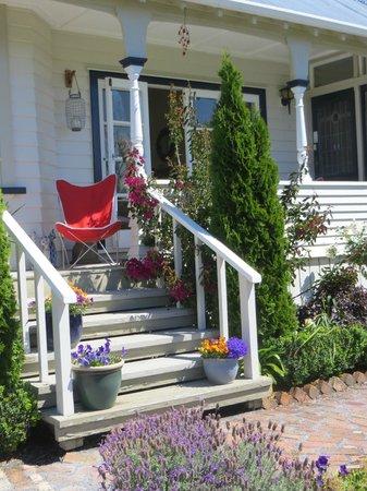 Cotswold Cottage : Garden in summer