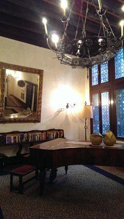 Hotel Saturnia & International: Music room:)