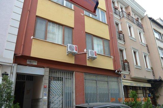 Blue Istanbul Hotel: Edificio donde estan las suites y Hotel a la derecha
