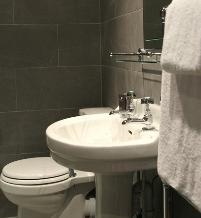 The Penny Farthing Hotel: Bathroom