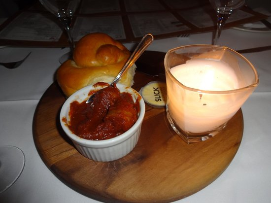 Belthazar Restaurant and Wine Bar: Complementary bread and sausage sauce