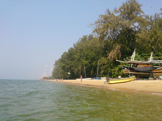 Ban Nam Mao Resort : sea wild beach 500 meters from hotel