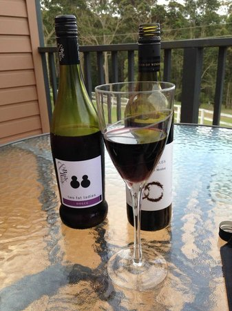 Batemans Bay Manor - Bed and Breakfast: Wine on the balcony of Room 6, bliss...