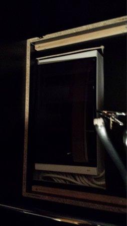 First Hotel Grims Grenka : Tableau electrique avec porte arrachée